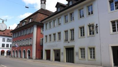 Das Fleckenbüro zieht vom Rathaus (links) in die ehemaligen Räumlichkeiten der Neuen Aargauer Bank (rechts). (Stefanie Garcia Lainez)