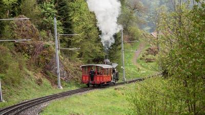Die Lok 7 kündigt sich mit viel Dampf und lautem Geräusch an. (Bild: Manuela Jans-Koch (Vitznau, 21. Mai 2021))