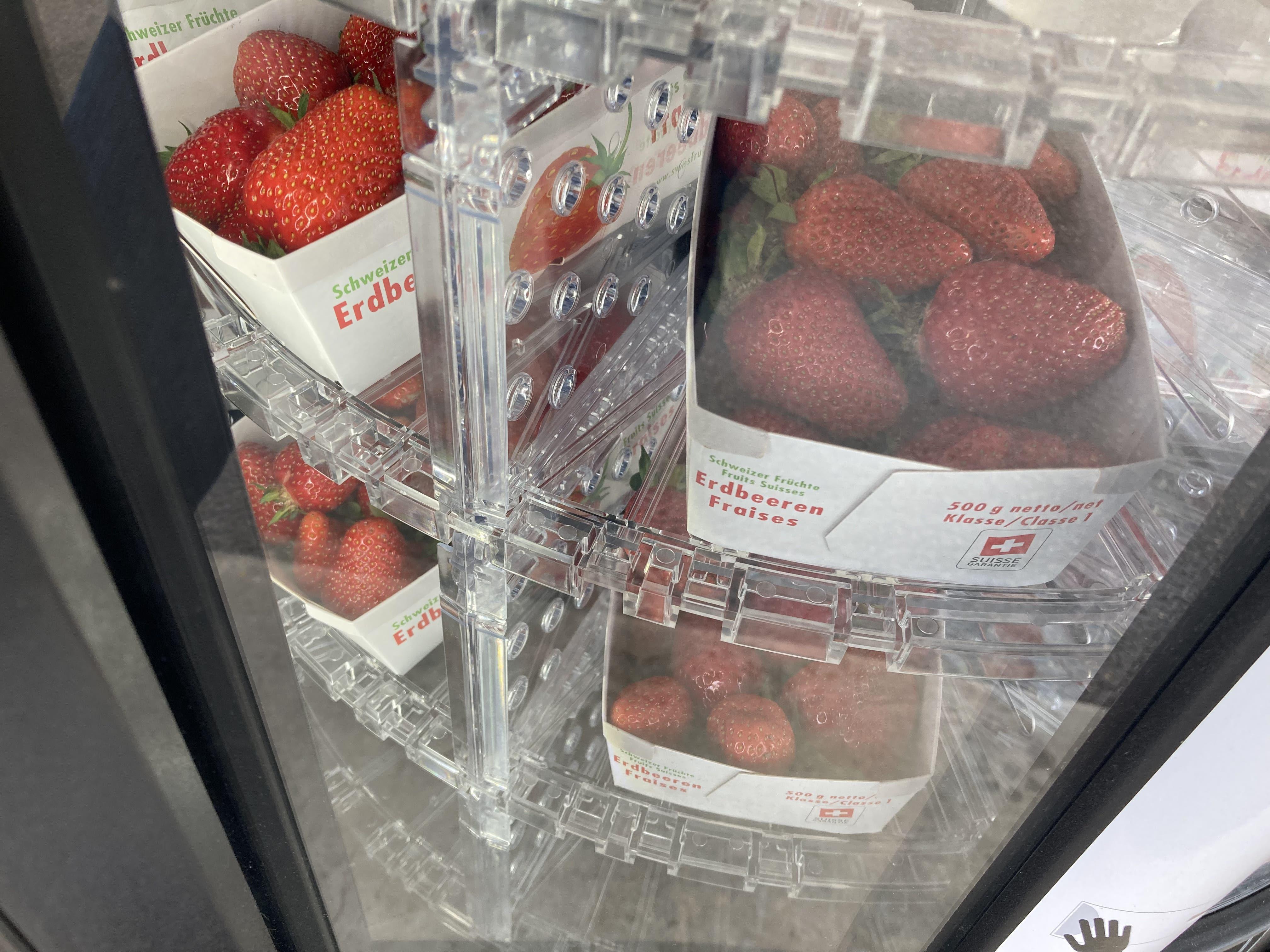 Derzeit sind vor allem Erdbeeren im Angebot beim Beerenautomat an der BP-Tankstelle in Bellach.