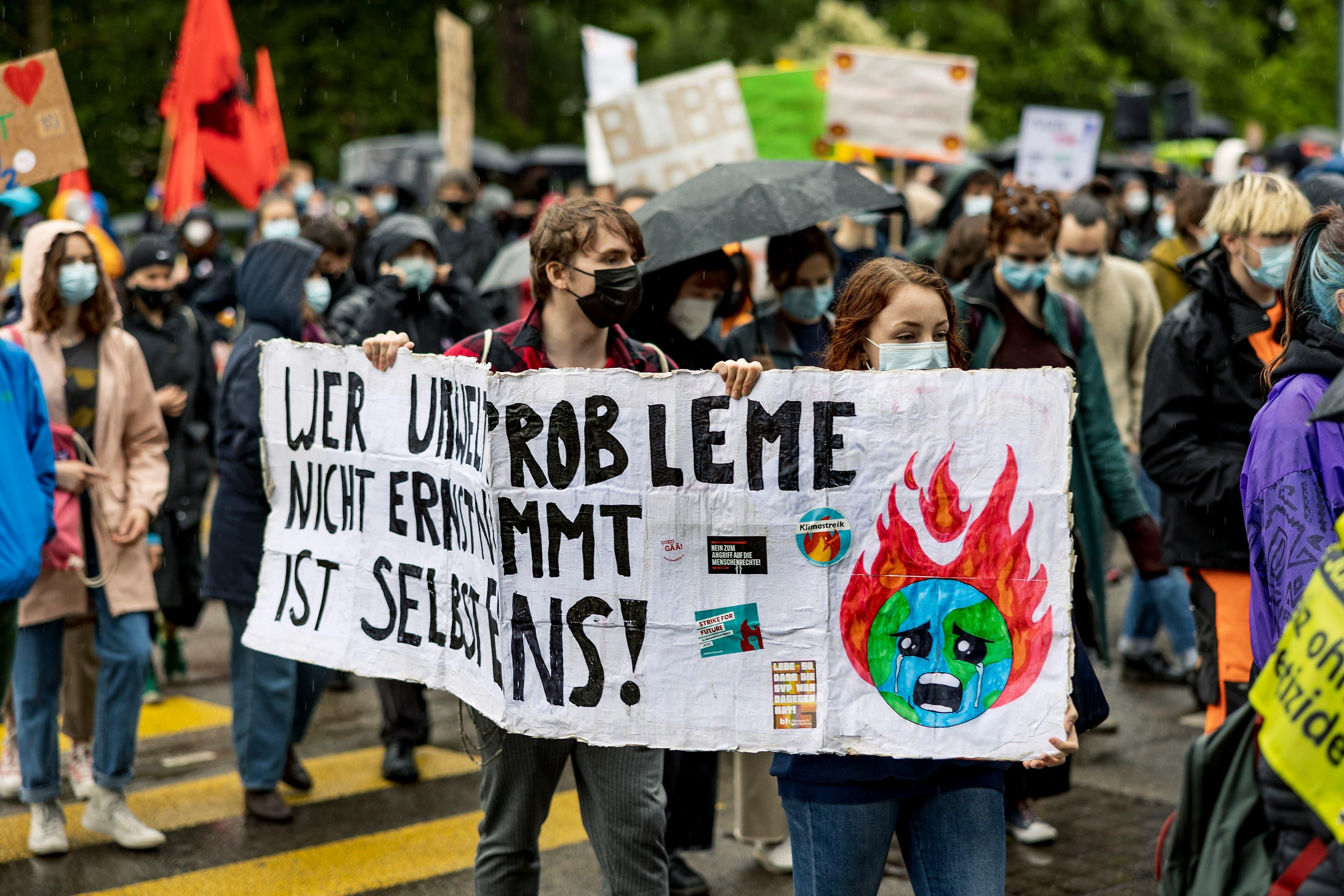 «Wer Umweltprobleme nicht erkennt, ist selbst eins!», steht auf einem Transparent.