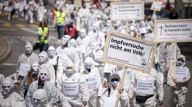 Demonstranten bei einer Corona-skeptischen Kundgebung in Neuenburg. (Keystone)