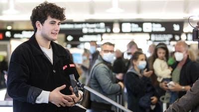 Gjon Muharremaj, alias Gjon's Tears, gibt Interviews bei der Ankunft am Flughafen Zürich. (Alexandra Wey / KEYSTONE)