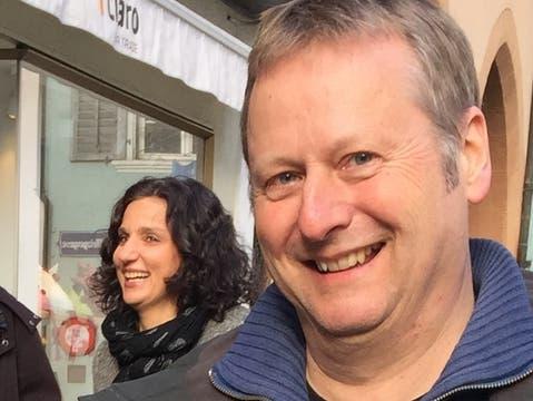 Erich Niklaus, Co-Präsident Aarau Mobil. Im Hindergrund: SP-Nationalrätn Gabriela Suter.