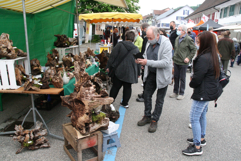 Ein Hingucker und Fotomotiv: knorriges Holz als Dekoration.