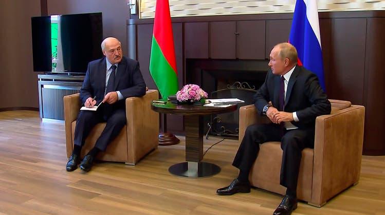 Wladimir Putin (r) ist der letzte Verbündete von Alexander Lukaschenko (l). Der Diktator von Minsk dürfte ohne das «Ok» des Kremlchefs kaum eine Operation wie die Erzwungene Landung der Ryanair-Maschine lanciert haben. (Kremlin Handout / EPA http://www.kremlin.ru)