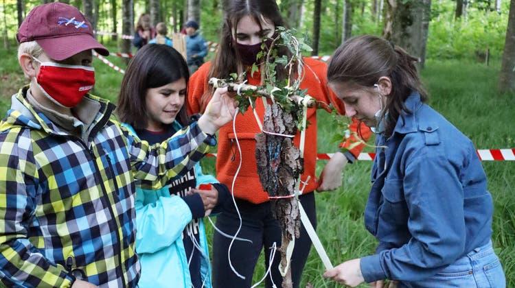 Die Jugendlichen basteln im Wald ein Götzenbild. (Bild: Manuela Olgiati)