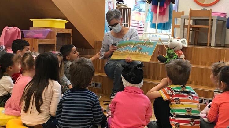 Nicole Wyss, Leiterin der Spielgruppe plus in Oensingen erzählt eine den Kindern aus neun Nationen eine Geschichte in Mundart. (Frb)