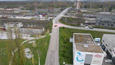Die1963 erstellte Verbindungsbrücke zwischen Muttenz und dem Hardwald muss saniert werden. Ein Ersatz ist bislang nicht vorgesehen. (bwi)