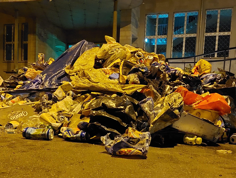 In der Nacht auf Dienstag hatte sich vor der ZHB ein Müllberg angesammelt.