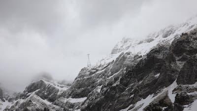 Das Wetter war zu schlecht: Die Helikopterflüge für den Transport des Lasers wurden abgesagt. (Bild: Raphael Rohner)