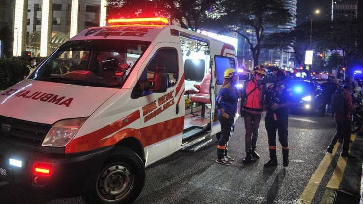 Rettungskräfte sind am Unlgücksort im Einsatz. (Foto: Keystone)