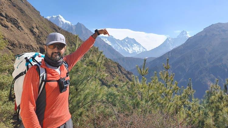 Der Alpinist Abdul Waraich, der zuletzt in Sankt Blasien gelebt hatte, zeigt mit seinem Finger auf den Mount Everest. Es war der Traum des 41-Jährigen, die sieben höchsten Berge der sieben Kontinente zu besteigen. Der IT-Ingenieur ist beim Abstieg des höchsten Berges der Welt ums Leben gekommen. (zvg)