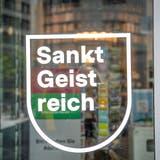«Sankt Backfrisch» ist nur ein Beispiel: Die Aufkleber der Imagekampagne prangen an unzähligen Schaufenstern. (Bild: Ralph Ribi)