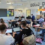 Sie werden fit für die digitale Welt: Blick in ein Zimmer, in dem die 1. Sekundarschulklasse an den Mathematikaufgaben tüftelt. (Bild: Irene Hung-König (24. März 2021))