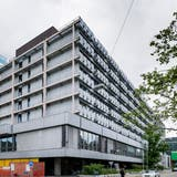 Der Altbau an derKlingelbergstrasse. Im Hintergrund der Neubau. (Bild: Kenneth Nars)