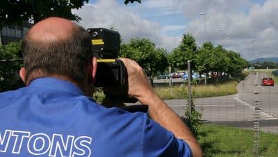 Die Aargauer Kantonspolizei hat am Pfingstwochenende mehrere Verkehrsteilnehmer erwischt, die ausserorts zu schnell unterwegs gewesen sind. (Symbolbild: Alois Felber)