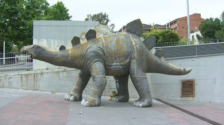 Kurioser Leichenfund: Vater und Sohn finden Toten in Dino-Statue