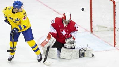 Der Schweizer Goalie Leonardo Genoni (rechts) kommt gegen Schweden auf eine Fangquote von 66,7 Prozent. (Salvatore Di Nolfi / KEYSTONE)