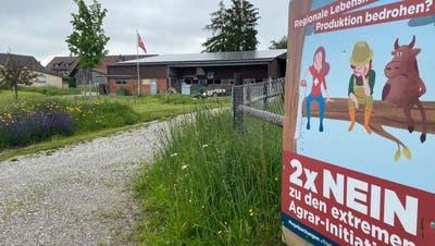 Kämpfen, um die Existenz sicherzustellen: Wie auf dem Hof von Adrian Baumgartner in Schneisingen werben viele Betriebe im Bezirk für die Ablehnung der beiden Initiativen. (Daniel Weissenbrunner)