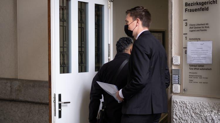 Der Hauptbeschuldigte J.B. betritt das Bezirksgericht Frauenfeld am ersten Prozesstag vor zwei Wochen. (Bild: Kevin Roth (10. Mai 2021))