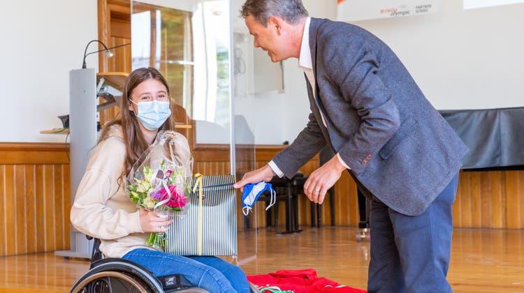 Schulleiter Andreas Hunziker überreicht Nora Meister ein präsent. (Fabio Baranzini)