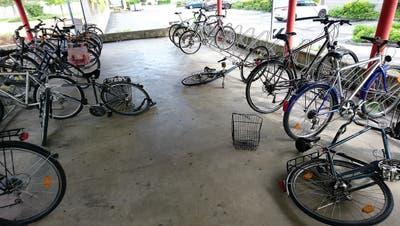 Mutwillige Zerstörung: So wie auf diesem Bild ergeht es vielen Bahnhof-Velos in Heerbrugg. (Bild: PD)