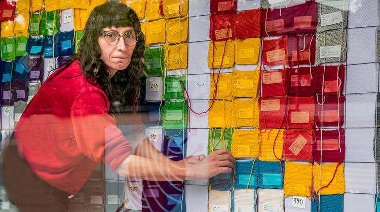«Eine Wand, die wächst»: Marlis Candinas vor dem «Strixel-Bild». (Kenneth Nars)