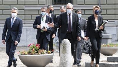Zu dritt kamen die Bundesräte (v.l.) Ignazio Cassis, Guy Parmelin und Karin Keller-Sutter an die Medienkonferenz, um den Übungsabbruch zu verkünden.(Bern, 26. 5. 2021) (Keystone/Peter Schneider)