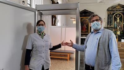 Stefanie Lettieri von der Dr. Schmid's See-Apotheke mit Florian Flohr, Leiter Team Peterskapelle, bei derImpfkammer innerhalb der Kapelle. (Bild: PD)