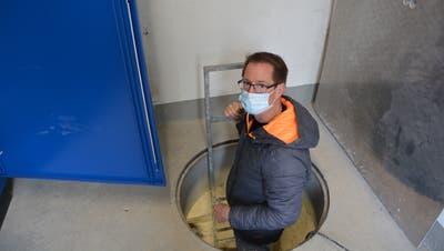 Ara-Betriebsleiter David Zimmerli steigt in die Eingeweide des Pumpwerks Schachen. (Bild: Mathias Frei)