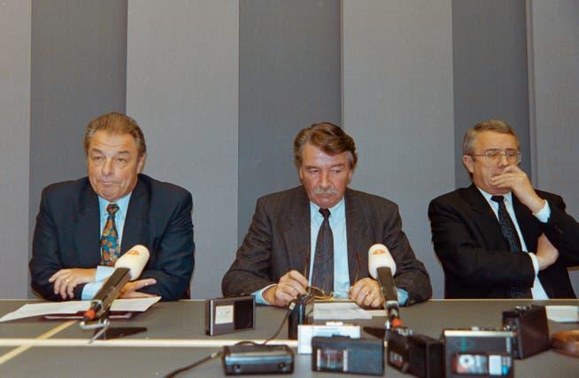 Konsternierter Bundesrat: Jean-Pascal Delamuraz, René Felber und Arnold Koller hatten keine Freude, als das Volk am 6. Dezember 1992 Nein zum EWR sagte. Ein enttäuschter Delamuraz sprach mehrfach von einem schwarzen Sonntag. Der Begriff «dimanche noir» ging in die Geschichte ein. (Bern, 6. Dezember 1992)