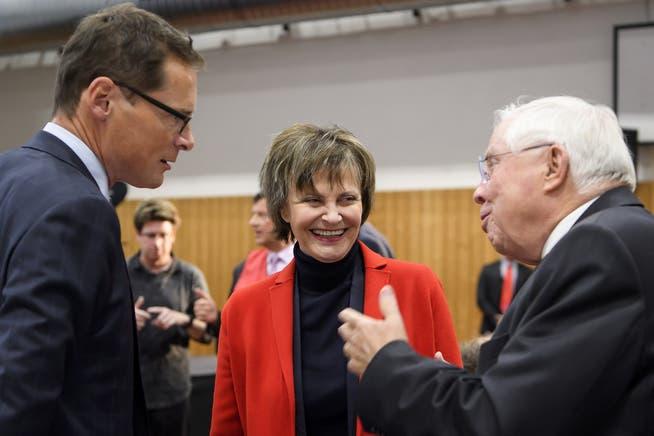 Christoph Blocher (rechts) mit SVP-Nationalrat Roger Köppel und Altbundesrätin Micheline Calmy-Rey an der Mitgliederversammlung der Aktion für eine unabhängige und neutrale Schweiz.