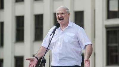 Versucht, sich mit wirren Behauptungen zu rechtfertigen: der weissrussische Machthaber Alexander Lukaschenko. (EPA)