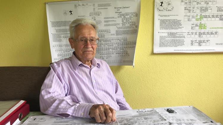 Johann Brunner (89) aus Höngen, inmitten einiger seiner verfassten Familienstammbäumen. (Fränzi Zwahlen)