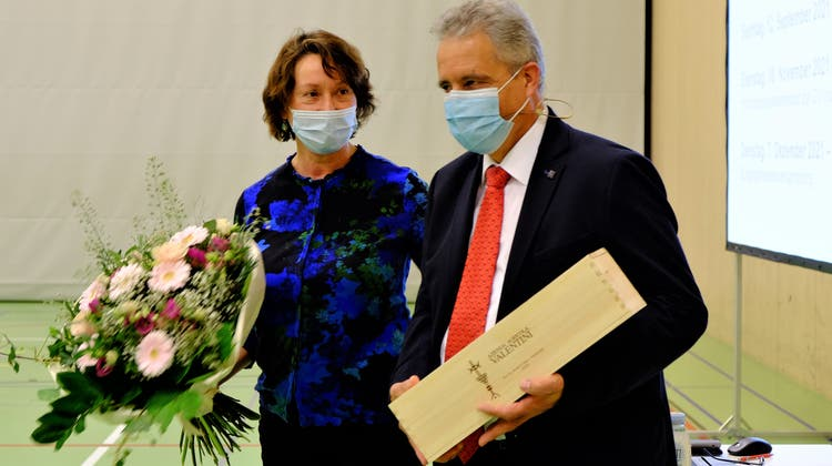 Der Tägerwiler Gemeindepräsident Markus Thalmann wird nach seiner 55. und letzten Gemeindeversammlung gebührend verabschiedet. Seine Frau Barbara erhält einen Blumenstrauss. (Bild: Rahel Haag)