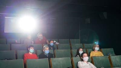 In Innenräumen wie Kinos sind ab Montag maximal 100 Personen erlaubt. Die Maskenpflicht bleibt bestehen. (Bild: Gaetan Bally/ Keystone (13. November 2020))