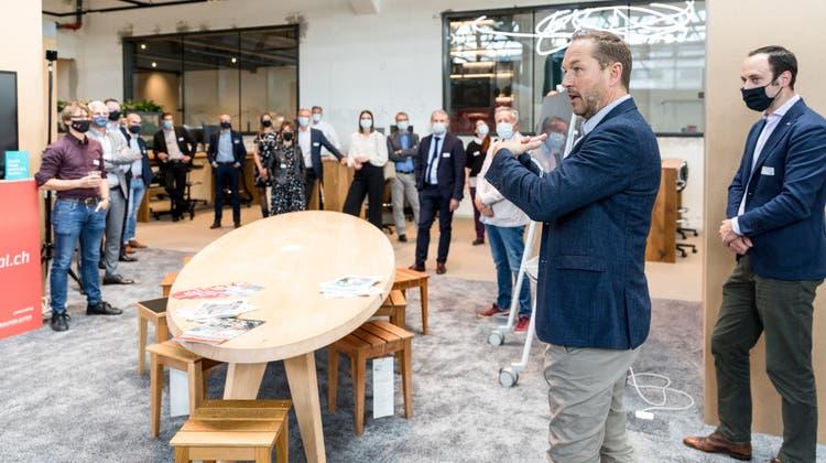 Ist das der Arbeitsort der Zukunft? Markus Mettler, CEO der Halter AG, führte Unternehmen am Dienstag durch die Räume auf dem Jed-Areal. (Bild: Sandra Ardizzone)