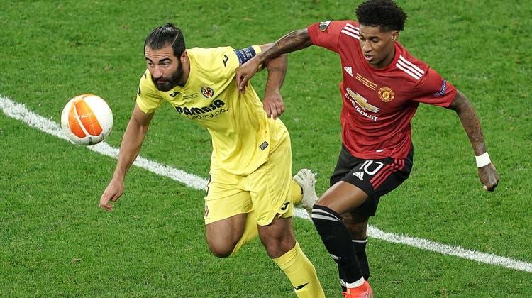 Villareals Raúl Albiol (l.) und Manchesters Marcus Rashford kämpfen um den Ball. (Keystone)