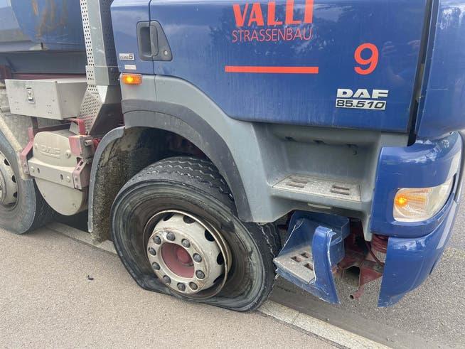 Auch der Lastwagen wurde beim Unfall beschädigt.
