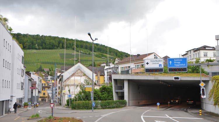 Die Bauprofile zeigen es an: Hier in Ennetbaden ist ein hoher Neubau geplant. Rechts das südliche Tunnelportal Grendel. (Bild: Philipp Zimmermann)