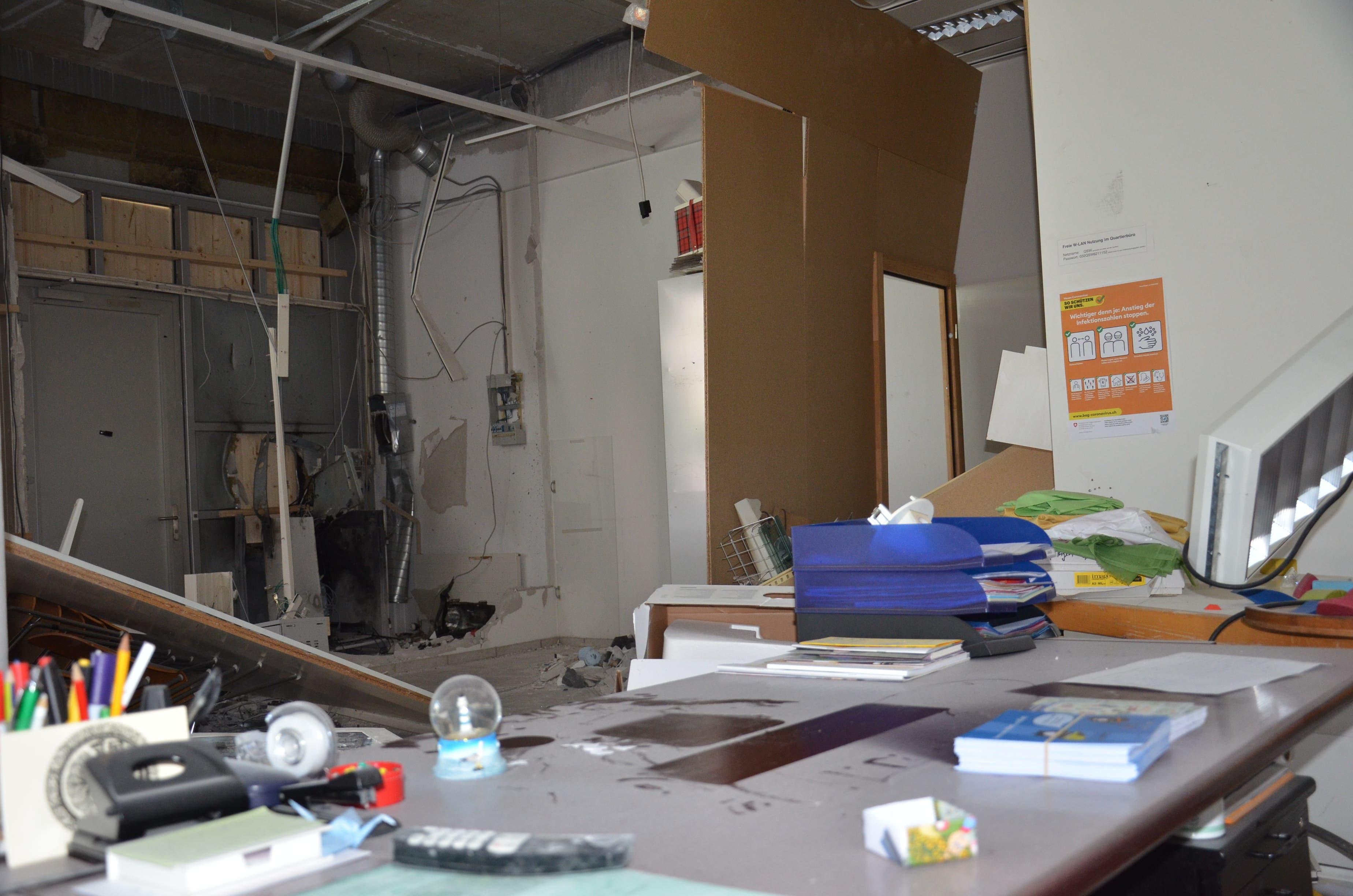 Der Schreibtisch ist bedeckt von einer Staubschicht.
