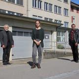 Vertreter der Privatgruppe, die sich für eine Stadtbibliothek im Effingerhof stark macht (v. l.): Jürg Dietiker, Muriel Waldmeier und Krishna Menon. (Claudia Meier)