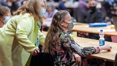 Hoffen und Bangen am Wahltag im Grossen Rat: SP-Fraktionschefin Sonja Wiesmann (links) und Karin Bétrisey. (Andrea Tina Stalder)
