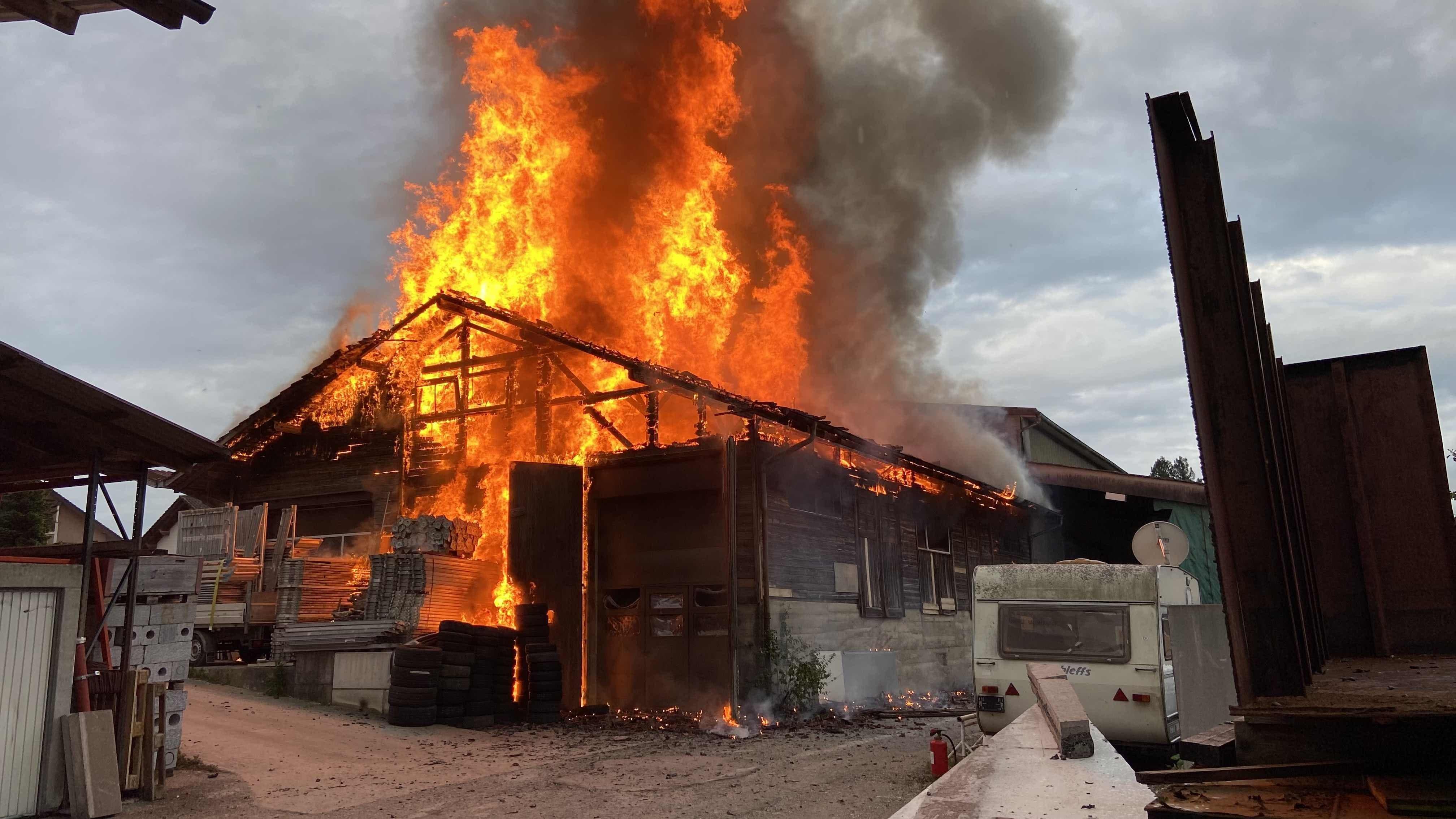 Hallwil AG, 26. Mai: Beim Brand einer Autowerkstatt wird ein Handwerker leicht verletzt.