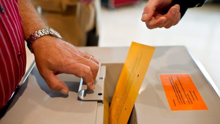 Am 13. Juni wird nicht nur über eidgenössische und kantonale Vorlagen abgestimmt, in wenigen Dörfern müssen auch neue Exekutivmitglieder gewählt werden. (Keystone)