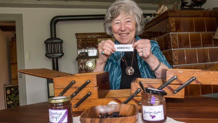 In ihrem Wohnzimmer in Wenslingen öffnete Dora Meier das Nähkästchen und zog «Sorgfalt» als Plauderthema. (Bild: Nicole Nars-Zimmer)