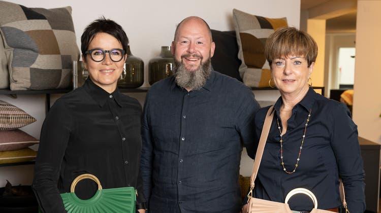 Myriam Merki (v.l.), Dieter Reuss und Carla Baumann mit nachhaltigen Taschen vom «Atmosfär» in Baden. Der Laden eröffnet am 12. Juni. (Alex Spichale)