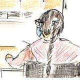 Die Angeklagte (rechts) vor Gericht. (Zeichnung Alfi Moor/ZT)