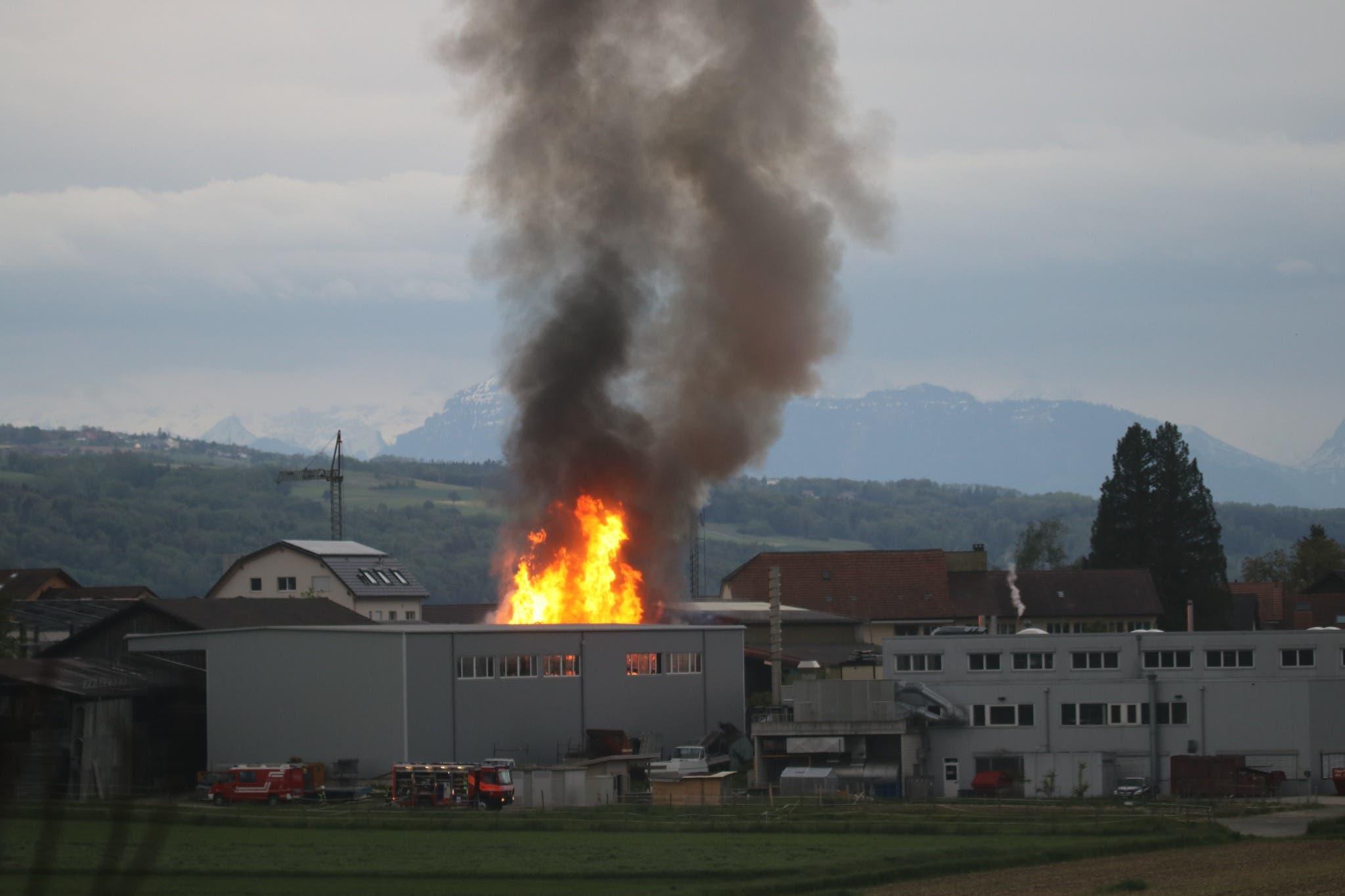 In einer Industriehalle in Hallwil brannte es am Mittwochabend.