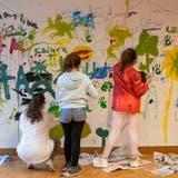 Mit Pinsel und Spraydose: Kinder toben sich im Schulhaus aus – mit Erlaubnis